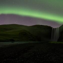 Noorderlicht boven de Skógafoss, IJsland