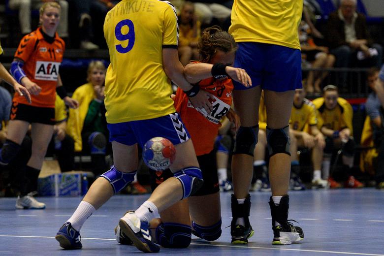 Oei verkeerde bal - Enkele foto&#039;s gemaakt van het interland wedstrijd handbal Nederland-Oekraine.<br /> Helaas konden de dames geen poten breken