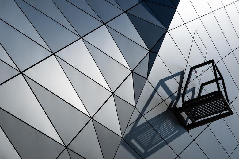 Strange exit - Een vreemde locatie voor een deur in de geometrische patronen in de  facade van Musée des Confluences in Lyon.