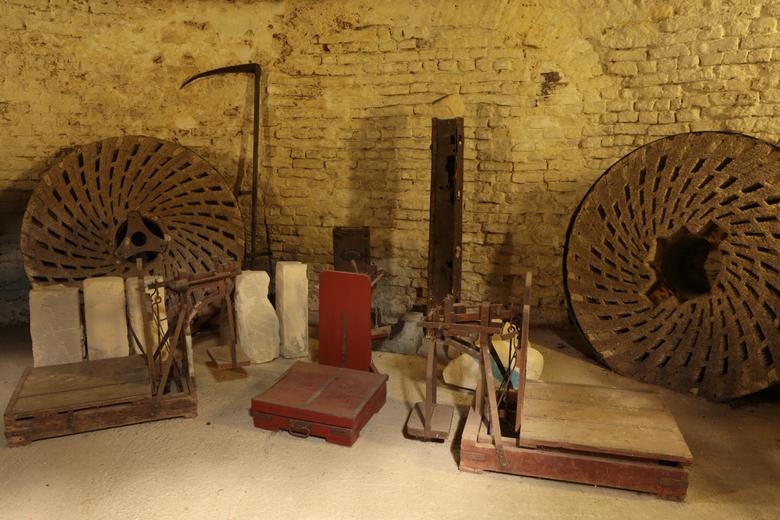 Bascule en molenstenen - Attributen van een oude windmolen.<br /> <br />