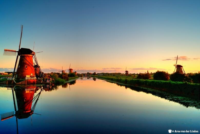 Zonsopkomst Kinderdijk - Erg vroeg uit bed en dan amper een wolkje te bekennen. Toch wil ik jullie deze foto niet onthouden. Gebruik gemaakt van een g