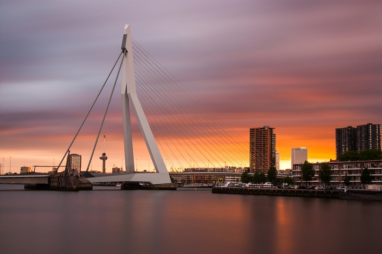Rotterdam on fire - Fraaie zonsondergang in Rotterdam vanaf de Koningshaven vastgelegd met een B&W ND110 grijsfilter.