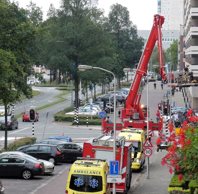 Drukte in de straat/ - Vanaf ons balkon aan de straatkant genomen.