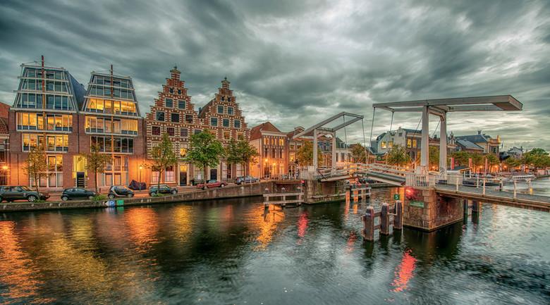 2 Twins - Gravestenebrug aan het Spaarne in Haarlem. In de 2 oude panden links was vroeger bierbrouwerij de Olifant gevestigd.<br /> HDR van 3 foto&#
