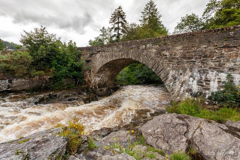 Bridge of Dochart - Killin's mooiste toeristische attractie zijn de watervallen, die aangenaam over verschillende cascades door het dorp tuimelen