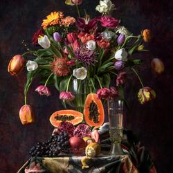 Stilleven met tulpen en papaja