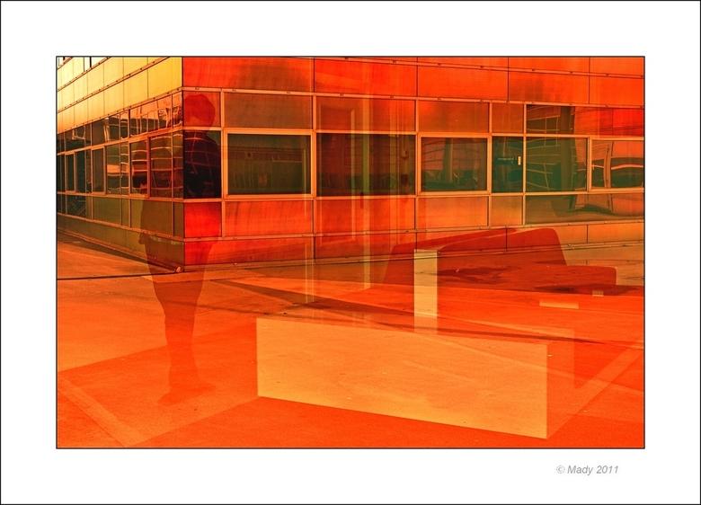 Almere La Defense 19 - Weerspiegeling in het raam van de UWV. De banken zijn binnen, de beller staat buiten. De kleur is weer heftig door de zon. Vers