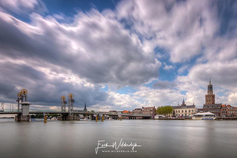 Bewolkt - Het stadsfront van Kampen met mooie Hollandse wolkenlucht. Foto is samengesteld uit drie foto's met sluitertijden van respectievelijk 8