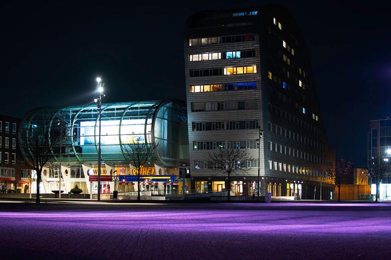 gebouw in de nacht - Verlaten plein voor de bioscoop in Breda tijdens de corona lockdown