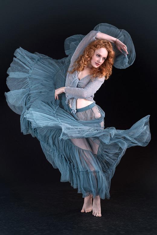 dance - Ivory Flame in een dansbeweging.<br /> Nu anders (normaal) bewerkt.