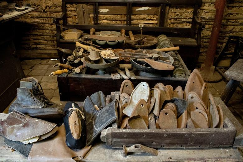 Nonke Buusjke, Schinveld - Schoenmakerij bij Nonke Buusjke (Openlucht Museum) te Schinveld. Hier kun je beleven hoe het leven en werken er uit zag ron