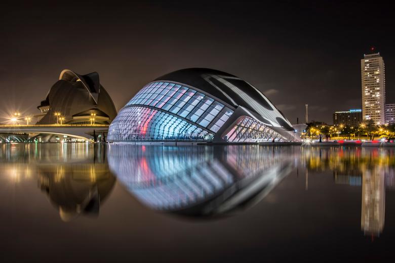 Reflectie in de avond - Dynamiek in de stad van architectuur.