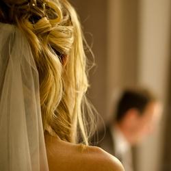 Bruid kijkt naar haar aanstaande.jpg