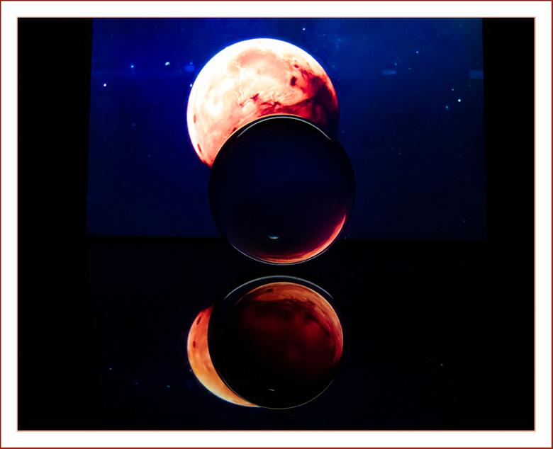 """GLAZEN BOL EN FIGUREN 8 - """"Weerspiegeling op de """"glazen bol"""" en acrylplaat""""."""