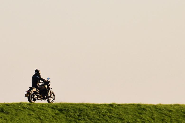 """Eenzame motorrijder op de dijk - Zicht op de dijk vanuit Hemelrijkse Waard. Dus niet alléén voor natuurfotografie naar Hemelrijkse Waard <img  src=""""/i"""