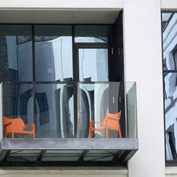 De twee oranje stoeltjes