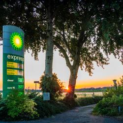 Tankstation in de ondergaande zon