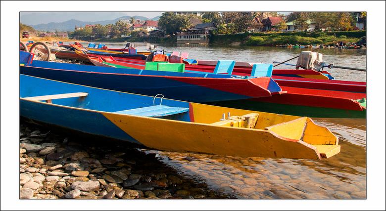 wachten op toeristen - bootjes op de Nam Song rivier in Vang Vieng in Laos