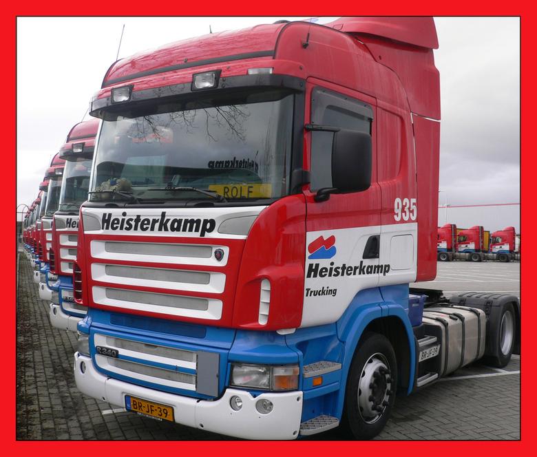 Trucks op een rij - Met kerstmis worden de trucks allemaal per merk in een mooie rij gezet. Helaas staan ze tekort aan een hek om een echt mooie foto