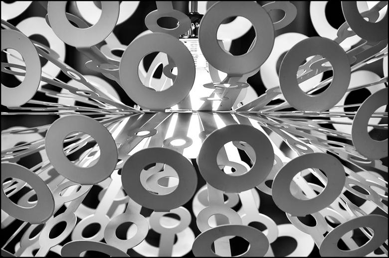 ddw 51 - De dynamische structuur van deze lamp deed mij denken aan het ontstaan van het heelal. De lamp is dan de oerknal en de cirkels zijn de melkwe