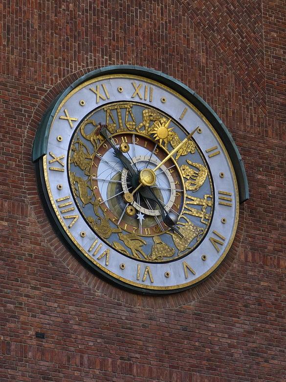Astronomische klok. - Deze astronomische klok bevindt zich schuin boven de ingang van het Raadhuis in Oslo.<br /> De  doorsnee is 5 meter! <br /> Hi