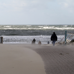 Stuivend zand en woeste golven