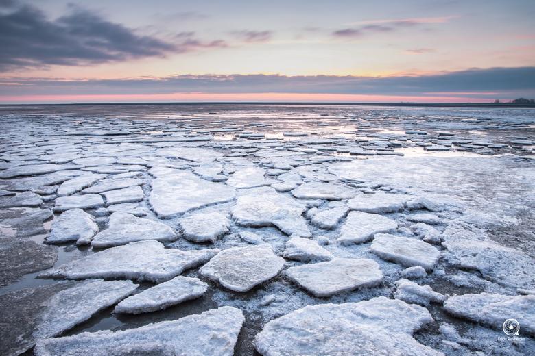 Zonsopkomst Moddergat - Het droog gelopen wad was tijdens de koude dagen bedekt met een dikke laag ijs... erg gaaf om te zien en uiteraard vast te leg