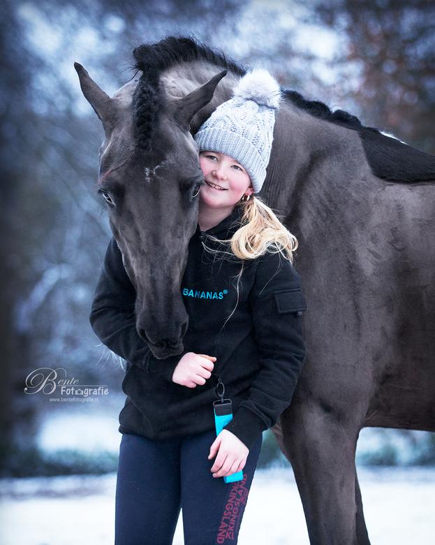 Winterknuffels - Roxane met haar lieve pony in de sneeuw