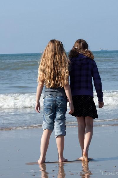 kijkend naar zee - Deze 2 meisjes stonden samen bij de zee.