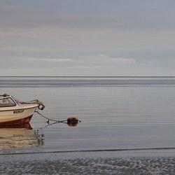 Bootje op een strakblauwe zee