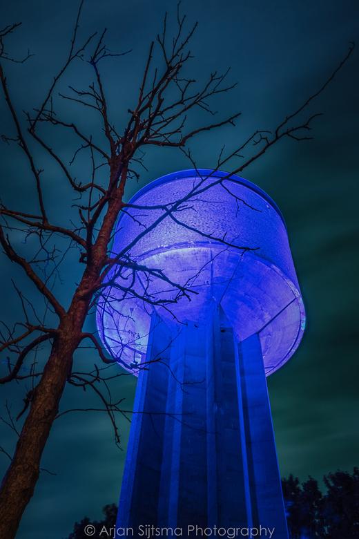 Watertoren Dokkum blauw verlicht -