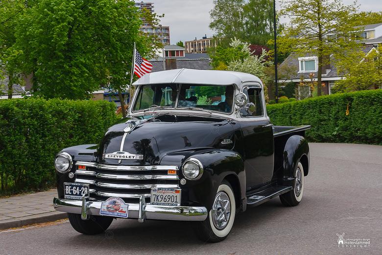 Oldtimer - Een Chevrolet pick up 3100, bouwjaar 1953, met een 8 cilinder lpg-motor. Verder is die zwart ... en daar houdt mijn kennis mee op.