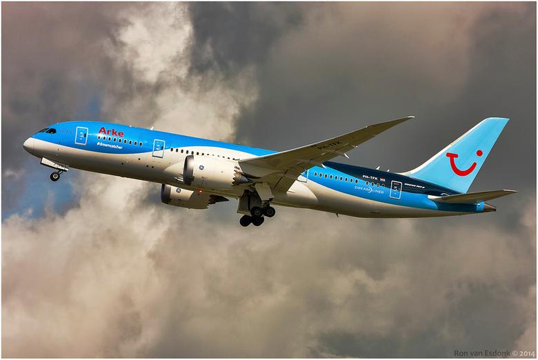 ArkeFly dreamliner - Dreamliner van ArkeFly vertrekt vanaf de kaagbaan