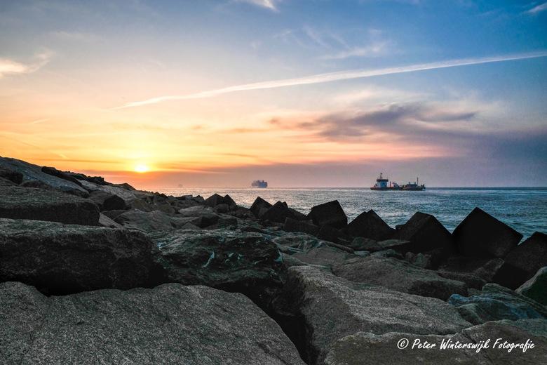 Zonsondergang bij de Maasvlakte - Zonsondergang bij de Maasvlakte, waar het een komen en gaan van schepen is. ook nu, of wellicht juist nu, waar de vl