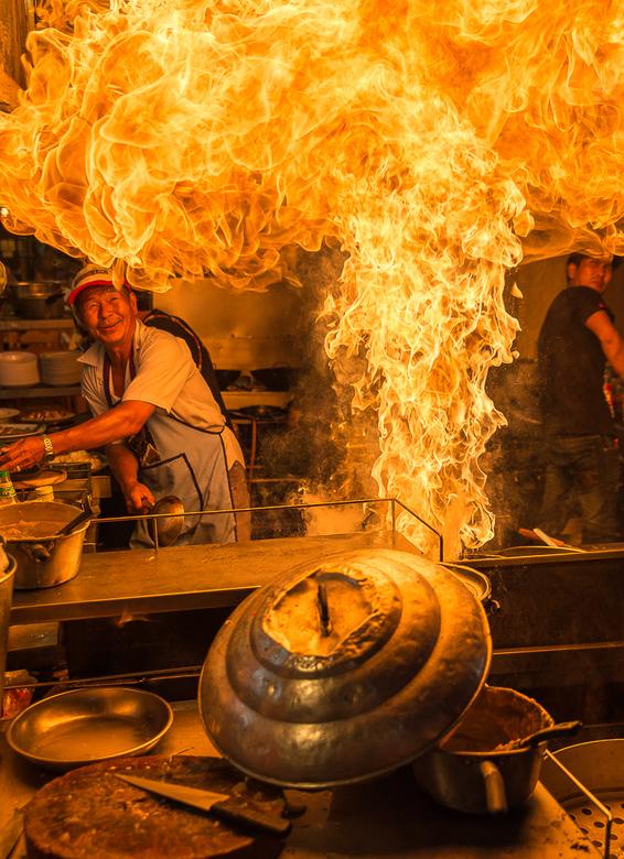 Thaise kok :)   - Ik liep op een avond markt in Thailand en zag dat  de kok iets aan bereiden was,vond het vlammetje wel leuk en liep terug,de kok beg