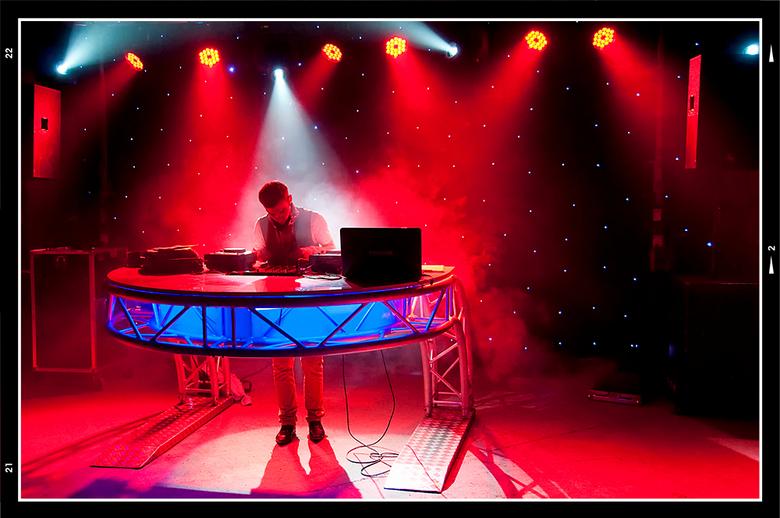 Queensnight 08 - Nadat DJ Gilly klaar was met het tentoonspreiden van zijn muzikale kunsten, was het de beurt aan DJ Monamore (tjonge wat een naam). H