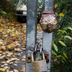 Achter gesloten poort