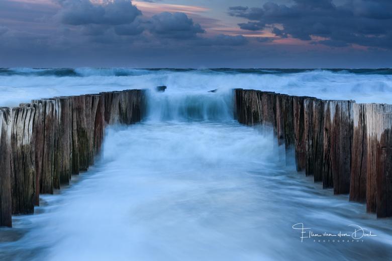 Wave after wave - Een ruige zee tijdens winderige zonsondergang op het strand van Domburg.
