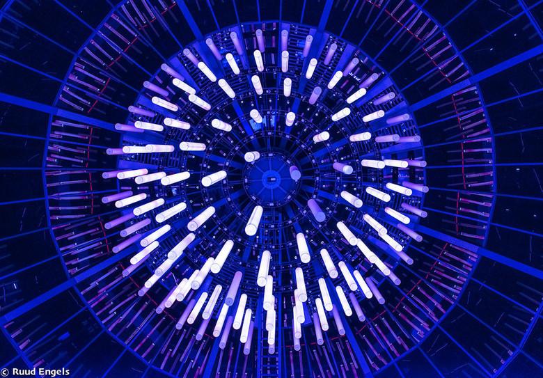 Als we nu toch met Glow bezig zijn. - Kan er de verlichting in de grote ruimte van de Heuvel Gallery Eindhoven ook nog wel bij.