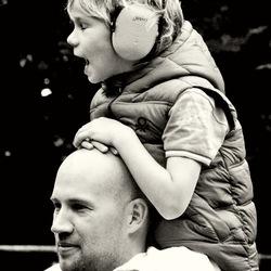 Vader en zoontje genieten van de muziek