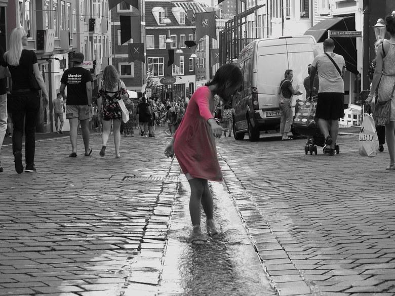 waterpret - Dit meisje ging helemaal op in haar spel met het water, had geen oog meer voor de omgeving. Was erg leuk om te zien.
