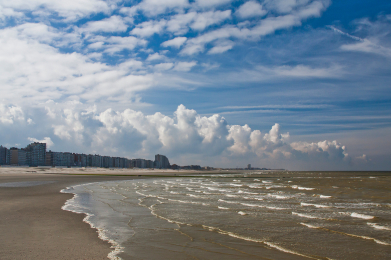 Nieuwpoort aan zee - zomer 2011 met de typische regenwolken!