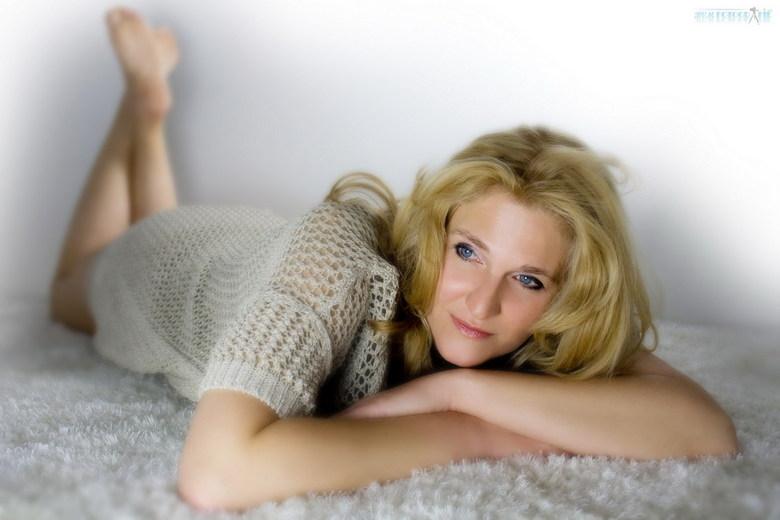 Relax - Foto is gemaakt in de fotostudio met achtergrond belichting zonder gebruikmaking van een flits.