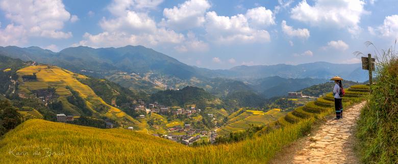 Rijstvelden van Ping'an! - Op een 5 uur durende hike door de bergen heb ik liever geen zwaar statief bij me. Deze foto is een panorama met de hand gem