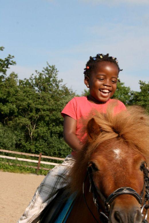 Paige & Pony - Paige begint met pony rijden.