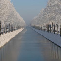 vaart met besneeuwde waterkant