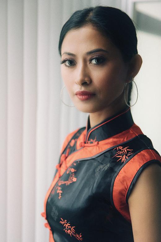 NyiDwi - NyiDwi is een vrouw uit Indonesië, nog nauwelijks voor de camera gestaan.<br /> En ik moet zeggen dat ik zelden een meer fotogenieke vrouw v