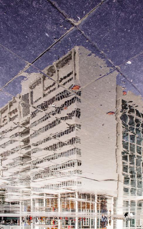 spuiplein - stadhuis van den haag gespiegeld in het spuiplein
