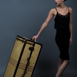Vrouw met grote koffer