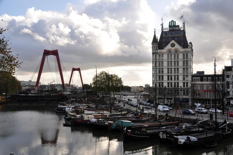 Witte Huis in Rotterdam - Rotterdam heeft vele mooie plekjes om te fotograferen. Ik weet eigenlijk niet zo goed waar ik deze foto onder moet zetten. H